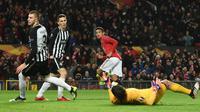 Striker Manchester United (MU), Mason Greenwood (tengah) berlari sambil merayakan gol ke gawang Partizan pada matchday keempat Grup L Liga Europa di Old Trafford, Kamis (7/11/2019). Tampil di hadapan pendukungnya sendiri, MU mengalahkan Partizan Belgrade 3-0. (Oli SCARFF / AFP)