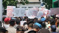 Aksi menolak penurunan status kawasan cagar alam di depan kantor BBKSDA Jawa Barat. (Huyogo Simbolon)
