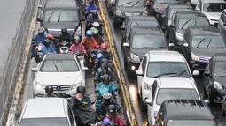 Sejumlah kendaraan pribadi memasuki jalur Busway di Jalan Mampang Prapatan, Jakarta, Selasa (11/10). Meski disterilkan, pengendara pribadi tetap nekat memasuki jalur bus Transjakarta untuk menghindari kemacetan. (Liputan6.com/Yoppy Renato)