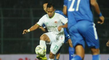 Pemain Kalteng Putra, Antoni Putro Nugroho, saat berhadapan dengan klub yang pernah dibelanya, Arema FC, dalam leg pertama semifinal Piala Presiden 2019