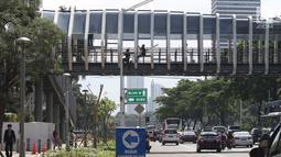 Sejumlah pengendara melintas di bawah JPO Gelora Bung Karno di Jalan Jenderal Sudirman, Jakarta, Jumat (22/2). Ditarget selesai pada Januari 2019, hingga kini proses revitalisasi masih terus berjalan. (Liputan6.com/Helmi Fithriansyah)