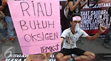 Seorang pria saat menggelar aksi kepedulian untuk korban bencana asap Sumatera dan Kalimantan di Bundaran HI, Jakarta Pusat, Minggu (11/10/2015). Kegiatan ini dilakukan untuk mengumpulkan bantuan dari warga sekitar. (Liputan6.com/Immanuel Antonius)
