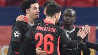 Pemain Liverpool merayakan gol yang dicetak Sadio Mane ke gawang RB Leipzig dalam leg pertama 16 besar Liga Champions yang digelar di Puskas Arena, Budapest, Rabu (17/2/2021) dini hari WIB. Liverpool menang 2-0 dalam laga tersebut. (Attila KISBENEDEK / AFP)
