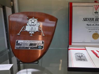Barang-barang milik astronot AS, Neil Armstrong yang ditampilkan di Heritage Auctions, New York pada 2 Oktober 2018. Berbagai jenis barang Armstrong, termasuk yang tidak terkait dengan misi ke Bulan, dilelang pada 1 November 2018. (Don EMMERT/AFP)