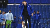 Pelatih Chelsea, Frank Lampard, tampak kecewa usai ditaklukkan Manchester City pada laga Liga Inggris di Stadion Stamford Bridge, Minggu (3/1/2021). City menang dengan skor 3-1. (Andy Rain/Pool via AP)