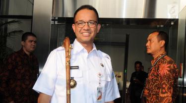 Anies Baswedan Serahkan Tongkat Berkepala Harimau ke KPK