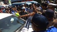 Massa salah sasaran saat sweeping transportasi online. Foto: (Panji Prayitno/Liputan6.com)