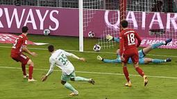 Gelandang Werder Bremen, Maximilian Eggestein (35), mencetak gol ke gawang Bayern Munich dalam laga lanjutan Liga Jerman pekan ke-8 di Allianz Arena, Sabtu (21/11/2020). Bremen mampu menahan imbang Bayern 1-1 (AFP/Lukas Barth/Pool)