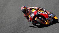 Pembalap Repsol Honda, Dani Pedrosa memacu motornya selama balapan MotoGP Spanyol di Sirkuit Jerez, Minggu (7/5). Pedrosa yang start dari posisi terdepan sukses mempertahankan kecepatannya sebanyak 27 lap hingga garis finish. (AP Photo/Miguel Morenatti)