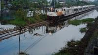 Setelah enam hari lumpuh akibat banjir, jalur Porong-Tanggulangin di Sidoarjo, Jawa Timur, akhirnya bisa dilewati kereta api. (Liputan6.com/Dian Kurniawan)