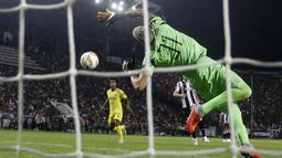 Kiper PAOK, Alexandros Paschalakis, berusaha menghalau bola saat melawan Chelsea pada laga Liga Europa di Stadion Toumbas, Thessaloniki, Kamis (20/9/2018). PAOK takluk 0-1 dari Chelsea. (AP/Thanassis Stavrakis)