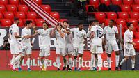 Para pemain Real Madrid merayakan gol yang dicetak oleh Nacho Fernandez ke gawang Athletic Bilbao pada laga Liga Spanyol di Stadion San Mames, Minggu (16/5/2021). Real Madrid menang dengan skor 1-0. (AFP/Ander Gillenea)