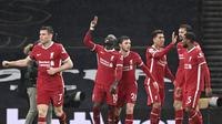 Para pemain Liverpool merayakan gol yang dicetak Sadio Mane dalam laga kontra Tottenham Hotspur pada pekan ke-20 Premier League di Stadion Tottenham Hotspur, London, Jumat (29/1/2021). Liverpool menang 3-1 dalam pertandingan ini. (Shaun Botterill/Pool via AP)