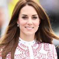Gaya kasual Kate Middleton ini cocok untuk berbagai kesempatan dan bisa kamu coba. (Image: marieclaire.co.uk)