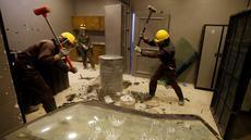 Warga Yordania menghancurkan barang-barang dengan palu saat melampiaskan kemarahannya di AXE Rage Room di Amman, Yordania (17/4). Di tempat ini warga Yordania dapat melampiaskan kemarahannya. (Reuters/Muhammad Hamed)