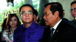 Jaksa Agung, HM Prasetyo (kanan) dan Ketua Persatuan Artis Penyanyi, Pencipta Lagu dan Pemusik Republik Indonesia (PAPRI), Tantowi Yahya usai melakukan pertemuan di Kejaksaan Agung, Jakarta, Rabu (17/6/2015). (Liputan6.com/Faisal R Syam)