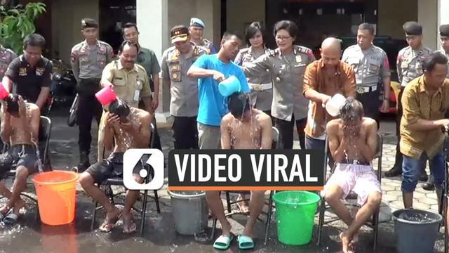 Polres Karanganyar menangkap 6 pelaku video viral mandi di atas motor. Polisi melakukan pembinaan terhadap keenam remaja tersebut sebelum akhirnya diserahkan kepada orangtuanya. Video mereka mandi diatas motor viral di Sosial Media.