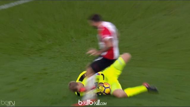Berita video insiden striker Southampton, Charlie Austin, menendang wajah kiper Huddersfield, Jonas Lossl. This video presented by BallBall.