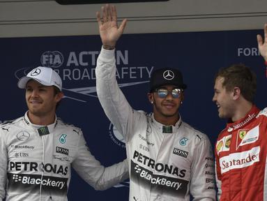 Lewis Hamilton (tengah) tampil tercepat di sesi kualifikasi GP China yang berlangsung di Sirkuit Internasional Shanghai, Sabtu (11/4/2015) sore WIB.(AFP PHOTO/FRED DUFOUR)