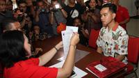 Putra Presiden Jokowi, Gibran Rakabuming Raka sedang mengurus pendaftaran KTA PDIP di Kantor DPC PDIP Solo, Senin (23/9).(Liputan6.com/Fajar Abrori)