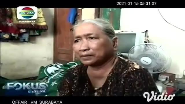 Darwati (58) warga Desa Widang, Kecamatan Widang, Kabupaten Tuban, tak kuasa menahan tangis usai menceritakan pencoretan dirinya dari penerima program Bantuan Pangan Non Tunai atau BPNT bantuan dari Kementerian Sosial yang sangat berharga.