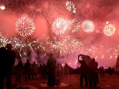 Nyala kembang api memeriahkan suasana malam pergantian tahun di Kawasan Pantai Lagoon, Taman Impian Jaya Ancol, Jakarta, Selasa (31/12/2019). Ribuan pengunjung menikmati malam pergantian tahun 2019 menuju 2020 dengan menyalakan kembang api. (merdeka.com/Imam Buhori)