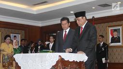 MenPAN RB yang baru Komjend Pol Syafruddin (kanan) menandatangani sertijab di Kantor Kementerian PANRB, Jakarta, Rabu (15/8). Komjen Pol Syafruddin resmi menggantikan Asman Abnur. (Liputan6.com/Fery Pradolo)