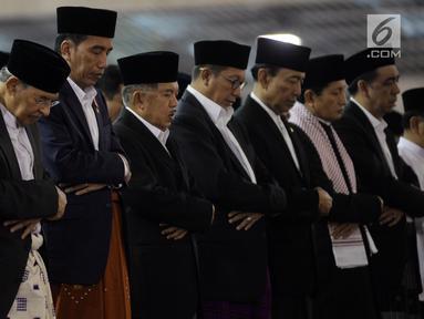 Presiden Jokowi (ketiga kiri) bersama Wapres Jusuf Kalla melaksanakan Salat Idul Fitri di Masjid Istiqlal, Jakarta, Minggu (25/6). Pemerintah menetapkan 1Syawal 1438 H pada Minggu (25/6) setelah menunaikan 29 hari ibadah puasa. (Liputan6.com/Johan Tallo)