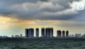 Awan cumulonimbus menyelimuti perairan Teluk Jakarta, Minggu (10/1/2021). Sejak beberapa hari terakhir, perairan Teluk Jakarta diselimuti cuaca ekstrem yang berbahaya bagi pelayaran dan penerbangan. (merdeka.com/Arie Basuki)