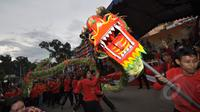Atraksi barongsai menyambut kedatangan Presiden jokowi beserta rombongan di acara perayaan  Cap Go Meh di Kota Bogor, Jawa Barat, Kamis (5/3/2015). (Liputan6.com/Faizal Fanani)