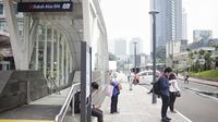 Aktivitas penumpang di kawasan integrasi transportasi Dukuh Atas, Selasa (30/4/2019). Kawasan Terintegrasi Dukuh Atas  menghubungkan empat transportasi umum di DKI Jakarta, yaitu Transjakarta, MRT, KRL, LRT, dan Kereta Bandara. (Liputan6.com/Faizal Fanani)