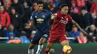 Bek Liverpool, Nathaniel Clyne, berebut bola dengan striker Manchester United, Marcus Rashford, pada laga Premier League di Stadion Anfield, Liverpool, Minggu (16/12). Liverpool menang 3-1 atas MU. (AFP/Paul Ellis)