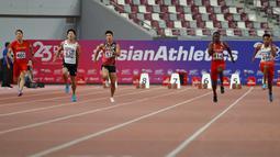 Sprinter Indonesia, Lalu Muhammad Zohri (kanan) beradu kecepatan saat kategori 100 meter pada Kejuaraan Atletik Asia di Doha, Qatar, Senin (22/4). Zohri merebut medali perak dengan catatan waktu 10,13 detik yang juga memecahkan rekor pelari tercepat Asia Tenggara, Suryo Agung. (AP/Vincent Thian)
