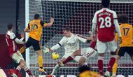 Gelandang Wolverhampton Wanderers, Daniel Podence (10), melepaskan tendangan yang berbuah gol ke gawang Arsenal dalam laga lanjutan Liga Inggris 2020/21 pekan ke-9 di Emirates Stadium, London, Minggu (29/11/2020) waktu setempat. Wolverhampton mengalahkan Arsenal 2-1. (AFP/Catherine Ivill/Pool)