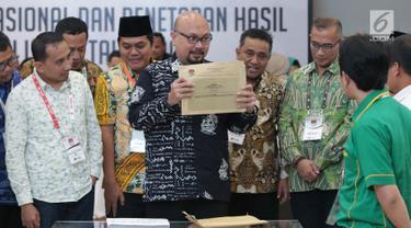 Komisioner KPU RI, Ilham Saputra menunjukkan amplop Formulir DC1-DPR hasil rekap penghitungan suara Provinsi Bali saat rapat Rekapitulasi Hasil Penghitungan Perolehan Suara Tingkat Nasional dan Penetapan Hasil Pemilu Tahun 2019, Jakarta, Jumat (10/5/2019). (Liputan6.com/Helmi Fithriansyah)