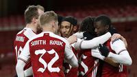 Para pemain Arsenal merayakan gol yang dicetak Nicolas Pepe ke gawang Slavia Praha pada leg pertama perempat final Liga Europa 2020/2021, Jumat (9/4/2021) dini hari WIB. (Ian KINGTON / AFP)
