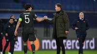 Kapten Manchester United, Harry Maguire, bersalaman dengan pelatih RB Leipzig, Julian Nagelsmann, setelah The Red Devils kalah 2-3 dari RB Leipzig dalam laga matchday keenam Liga Champions, Rabu (9/12/2020) dini hari WIB. (ANNEGRET HILSE / POOL / AFP)