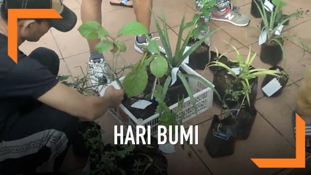 Warga Surabaya menerima pembagian ratusan bibit tanaman dari masyarakat dalam rangka hari bumi. Diharapkan warga akan kembali melakukan penghijauan di lingkungannya.