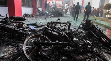 Petugas Lapas Narkotika Kelas III Langkat memeriksa kerusakan setelah kerusuhan di Langkat, Sumatera Utara, Kamis (16/5/2019). Akibat peristiwa kerusuhan yang dilakukan para narapidana di Lapas itu mengakibatkan tiga mobil petugas rusak terbakar dan ratus