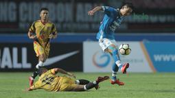 Pemain Persib Bandung, Oh In-kyun menghindari terjangan pemain Mitra Kukar, Hendra Bayauw pada laga Liga 1 Indonesia di GBLA, (8/4/2018). Persib Bandung menang 2-0. (Bola.com/Nick Hanoatubun)