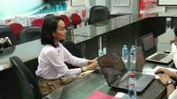Penyanyi Eka Deli Mardiana (EDM) mendatangi Polda Jatim, Senin (13/1/2020). (Foto: Liputan6.com/Dian Kurniawan)