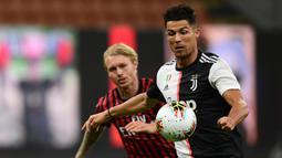 Penyerang Juventus, Cristiano Ronaldo, berebut bola dengan pemain AC Milan pada laga lanjutan Serie A pekan ke -31 di Stadion San Siro, Rabu (8/7/2020) dini hari WIB. AC Milan menang 4-2 atas Juventus. (AFP/Miguel Medina)