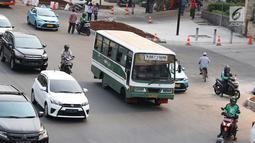Bus Kopaja melintas di Jalan Sudirman, Jakarta, Rabu (25/7). Wagub DKI Sandiaga Uno melarang angkutan umum seperti Kopaja dan Metromini melewati jalan protokol saat Asian Games 2018 untuk mengurangi kemacetan dan polusi. (Liputan6.com/Immanuel Antonius)