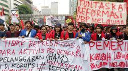 Mahasiswa dari sejumlah perguruan tinggi bersama kelompok buruh melakukan aksi unjuk rasa sambil berjalan menuju kawasan Patung Kuda, Jalan Medan Merdeka Barat, Jakarta, Senin (28/10/2019). Dalam aksinya, mereka menuntut penuntasan agenda reformasi. (Liputan6.com/Helmi Fithriansyah)
