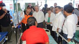 (Dari kiri) Kepala BNPB Willem Rampangilei, Sekjen PBB Antonio Guterres, CEO Bank Dunia Kristalina Georgieva dan Wakil Presiden Jusuf Kalla menemui korban terluka akibat gempa dan tsunami di Palu, Sulteng, Jumat (12/10). (Liputan6.com/HO/Tim Media Wapres)