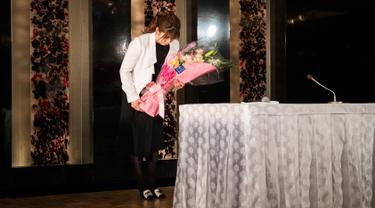 Pegulat wanita asal Jepang,  Saori Yoshida memberi hormat setelah mengumumkan pengunduran dirinya selama konferensi pers di Tokyo (10/1). Peraih medali emas Olimpiade tiga kali ini pensiun dari gulat setelah 33 tahun berkarir. (AFP Phot/Behrouz Mehri)