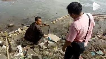 Polisi menemukan jasad seorang bayi di tepi Sungai Cisadane. Bayi diduga baru dilahirkan karena ari-ari masih menempel.