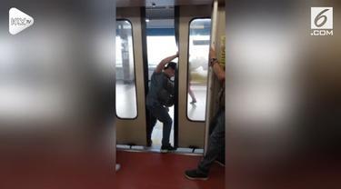 Salah satu pintu kereta sulit terbuka saat berhenti di Stasiun Balintawak, Filipina. Akibatnya para penumpang membuka paksa pintu kereta dengan menendang.