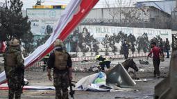 Petugas keamanan Afghanistan memeriksa lokasi serangan bom mobil bunuh diri yang menargetkan tentara asing di Kabul, (2/3). Ledakan menewaskan satu orang dan melukai empat lainnya. (AFP Photo/Wakil Kohsar)