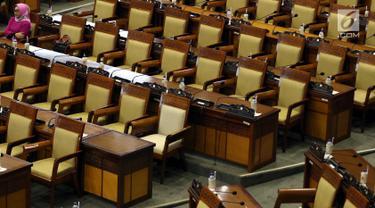 Seorang anggota DPR menghadiri sidang paripurna ke-9 Masa Persidangan I 2019-2020 di Kompleks Parlemen, Senayan, Selasa (17/9/2019). Rapat Paripurna tesebut membahas berbagai agenda dengan salah satunya mengesahkan revisi UU Nomor 30 Tahun 2002 Tentang KPK menjadi UU. (Liputan6.com/Johan Tallo)